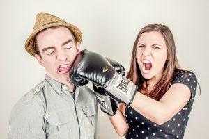 Kvinde slår mand med boksehandske på grund af misforståelse