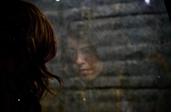 trist-kvinde-spejlet-i-vindue